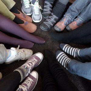 Die Füße der Mitarbeiterinnen der Mädchenzuflucht.